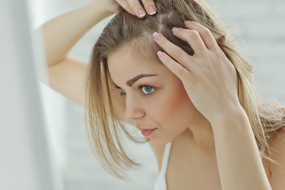 Mujer detectando caída abundante del cabello
