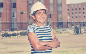 Mujer de hogares Soacha sonriendo