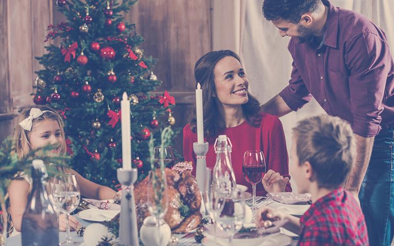 Familia reunida para celebrar la fiesta fin de año