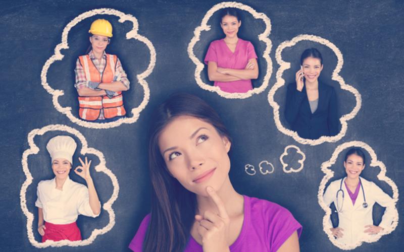 Mujer pensando cómo hacer una transición laboral