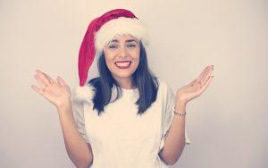 Mujer sonriendo con un gorro de Navidad