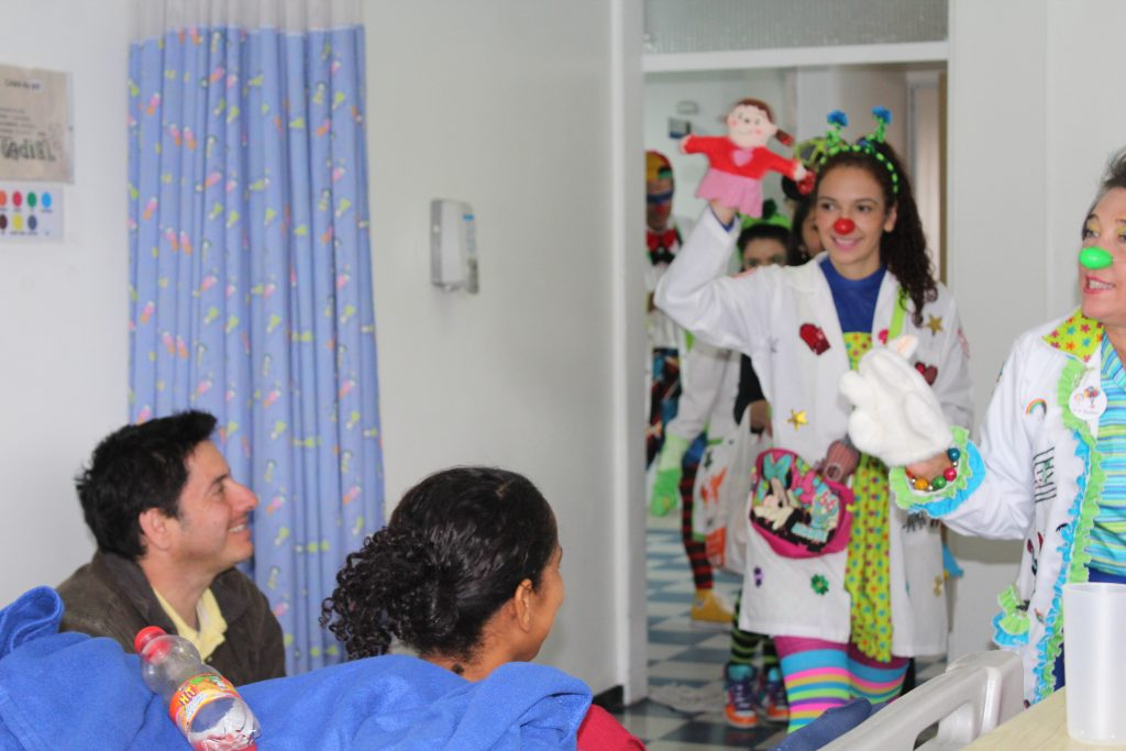 Dr. Clown brindando terapia de la risa utilizando un títere