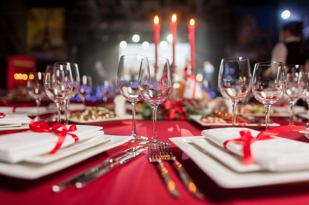 Mesa decorada para cena navideña