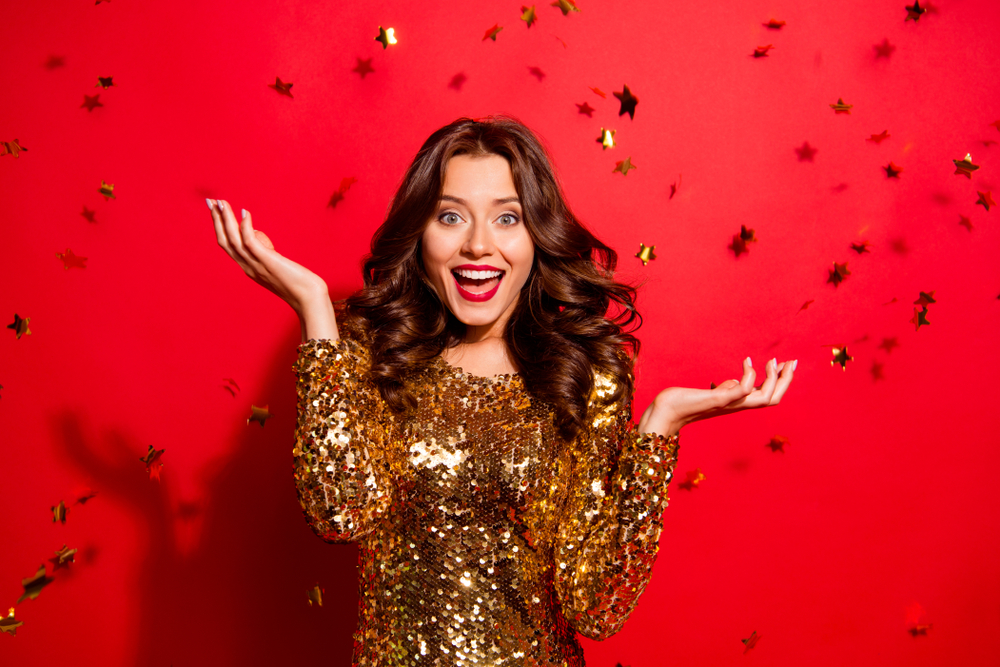 Mujer feliz y arreglada para recibir el año nuevo
