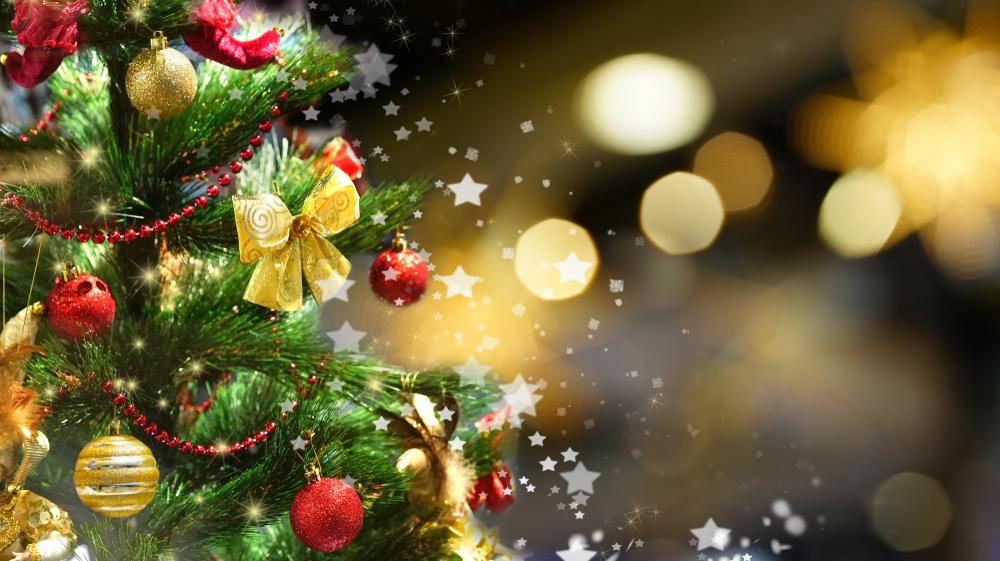 Árbol de Navidad decorado con luces, moños y bolas