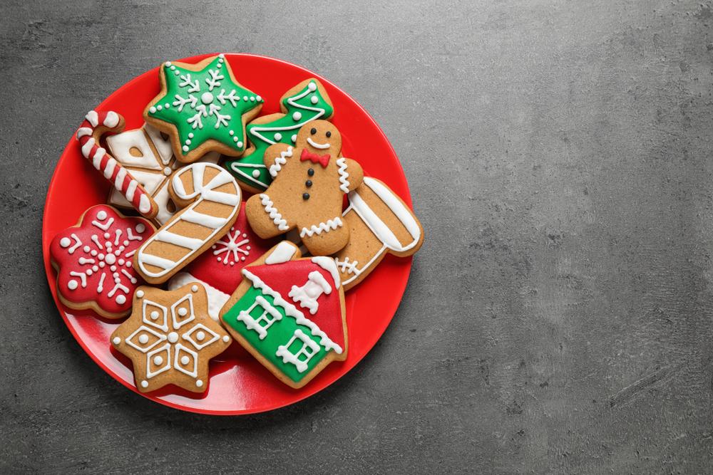Sabrosas galletas caseras de Navidad sobre mesa gris