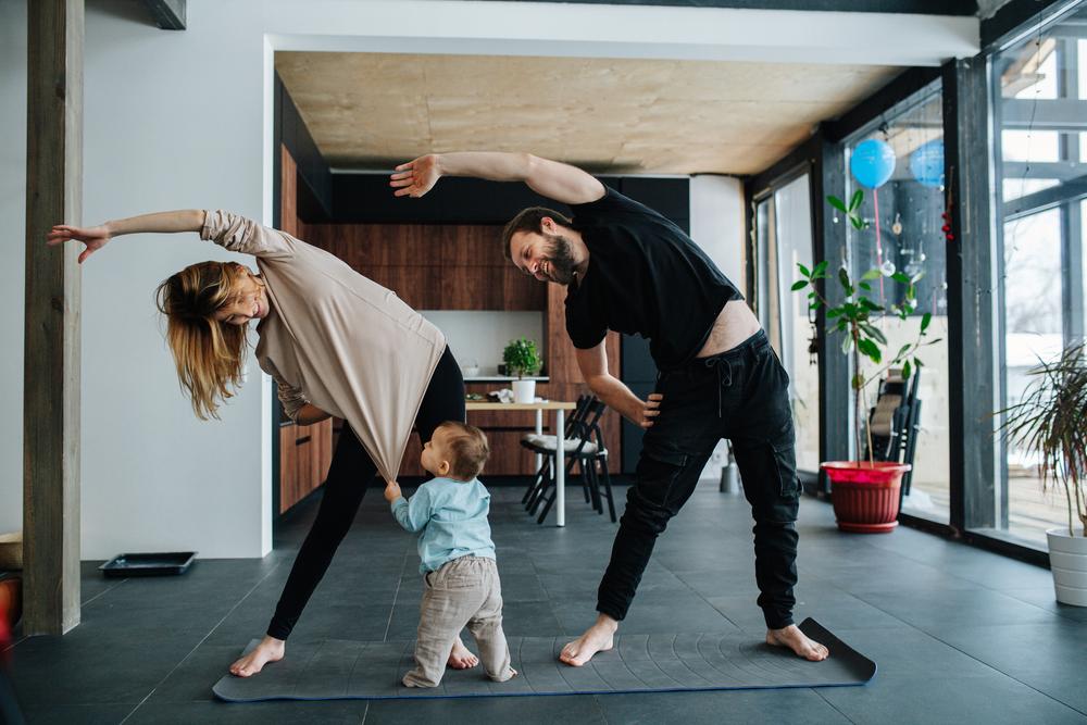 Papá, mamá e hijo practicando yoga