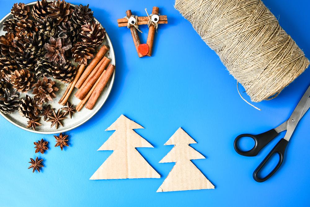 Tercer paso para aprender a armar un árbol de Navidad con cartón.