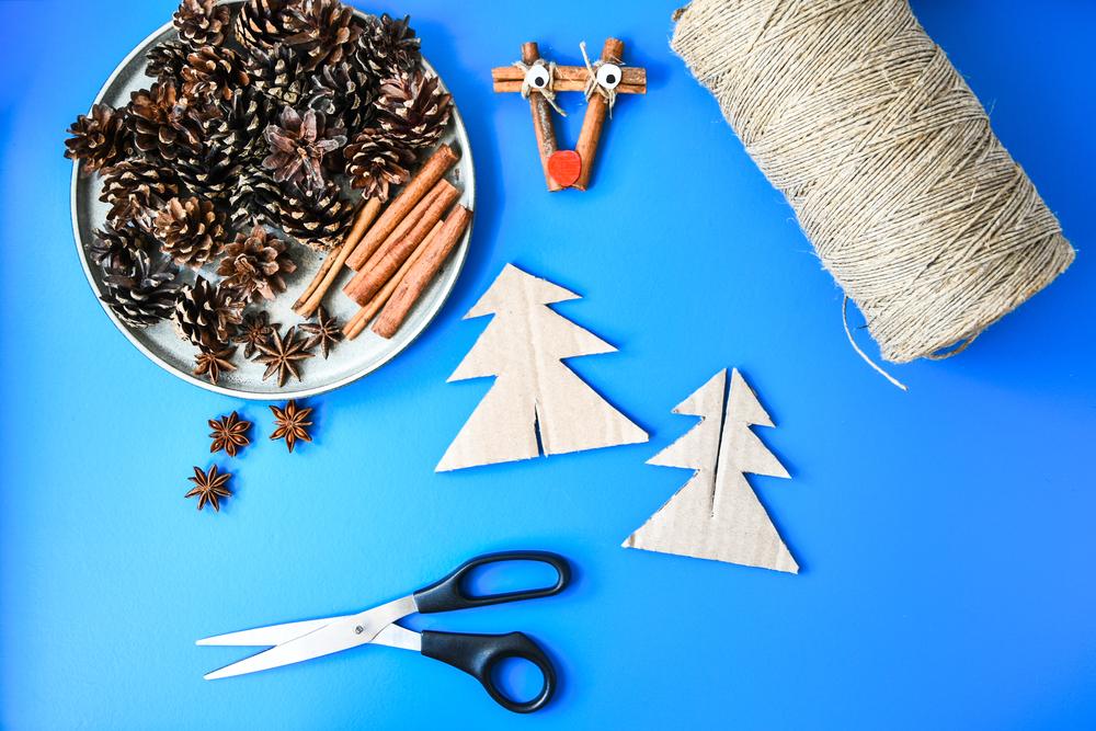 Árbol de Navidad con materiales reciclados