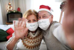 Personas mayores grabando un saludo de Navidad