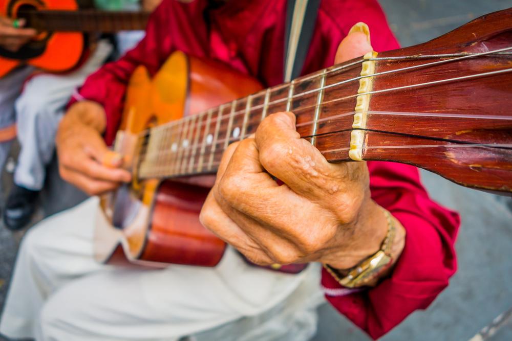 músico colombiano tocando guitarra