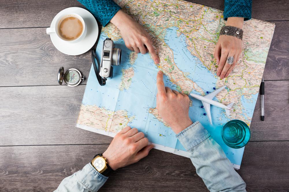 Viajeros planeando un viaje de vacaciones