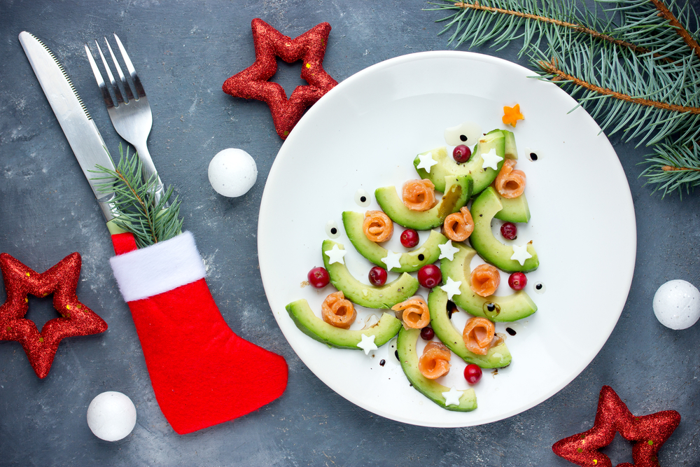 Aperitivo del árbol de Navidad aguacate ensalada de salmón tartare ceviche, navidad navideña cena comida