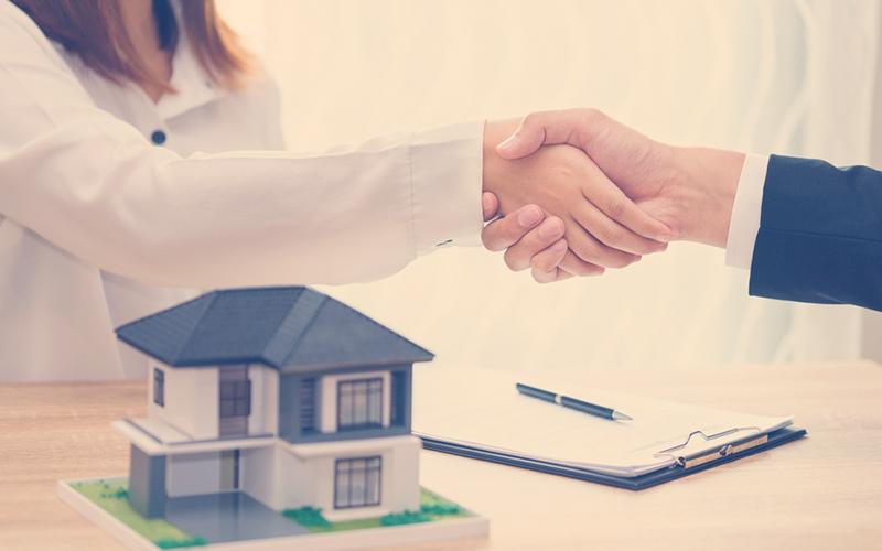 Personas acordando un negocio de vivienda