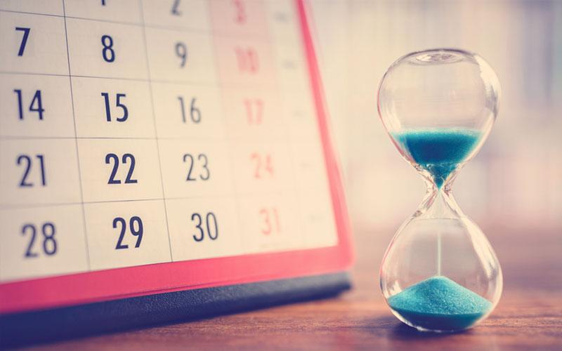calendario junto con un reloj de arena