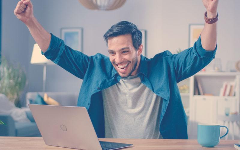 Emprendedor feliz por la aprobación de la Ley de Emprendimiento