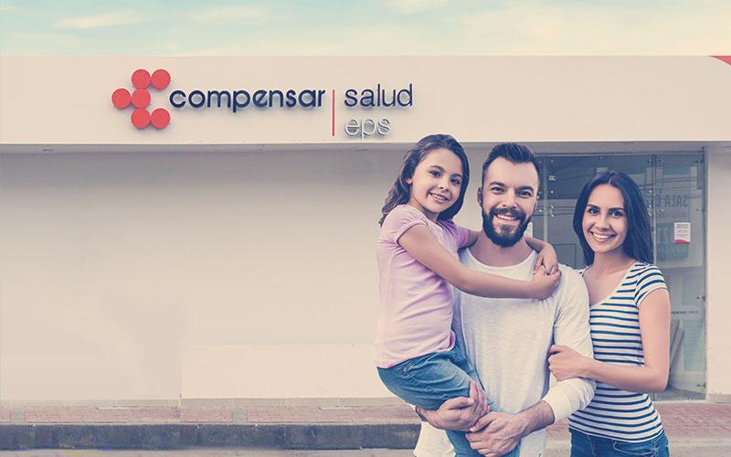 Familia colombiana en sede de salud de Compensar