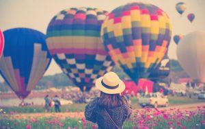 Mujer tomando fotos a un globo aerostático