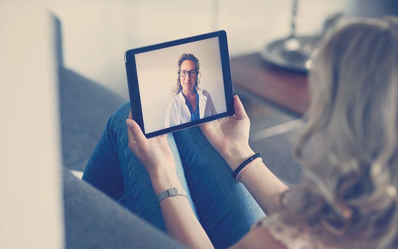 Mujer asistiendo a cita virtual