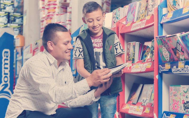 Papá e hijo haciendo uso del subsidio educativo