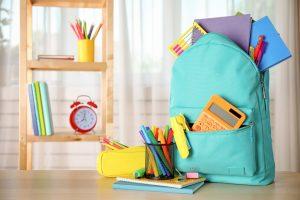 útiles escolares y maleta para iniciar nueva jornada escolar