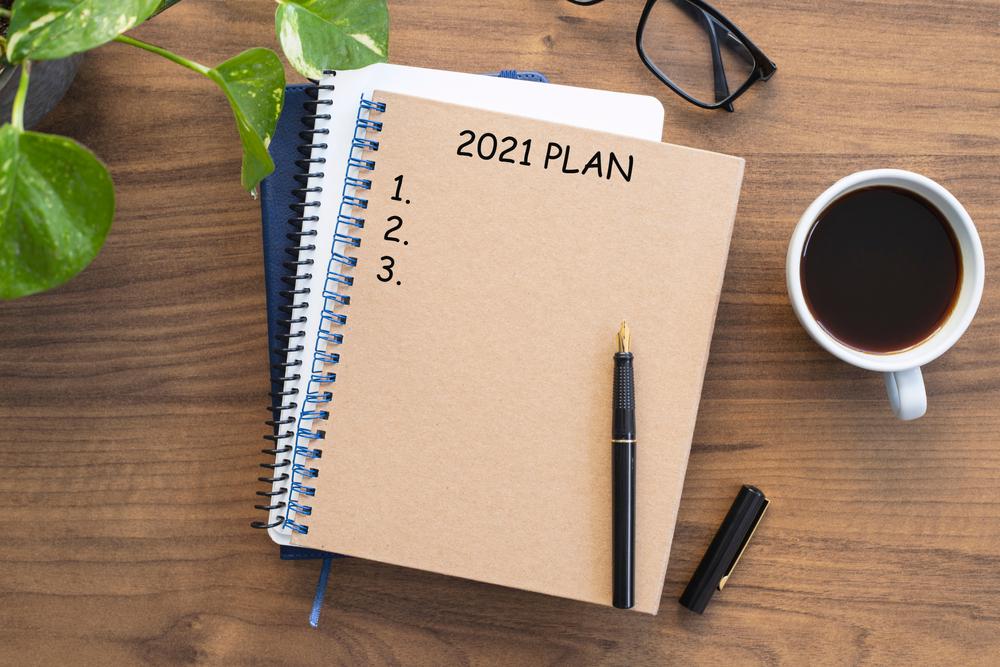 Libro de notas con el texto de los objetivos de 2021 para aplicar las resoluciones y planes de año nuevo.
