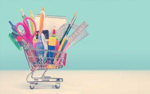 útiles escolares en un carro de compras