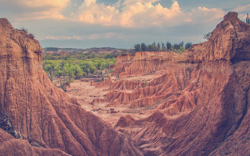 La vista sobre las rocas nítidas en el desierto de Tatacoa, Colombia