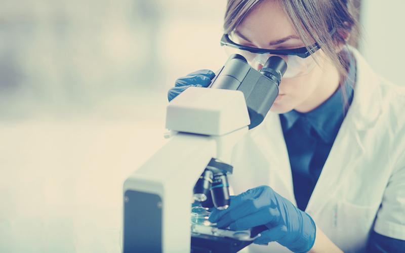 mujer científica en un laboratorio