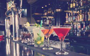 diferentes cócteles sobre la mesa de un bar