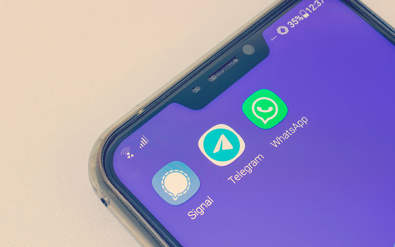 celular con Signal, Telegram y WhatsApp