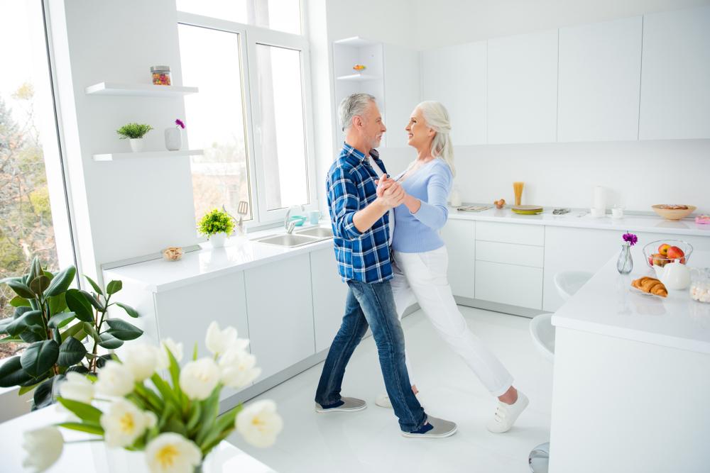 Pareja bailando en su cocina
