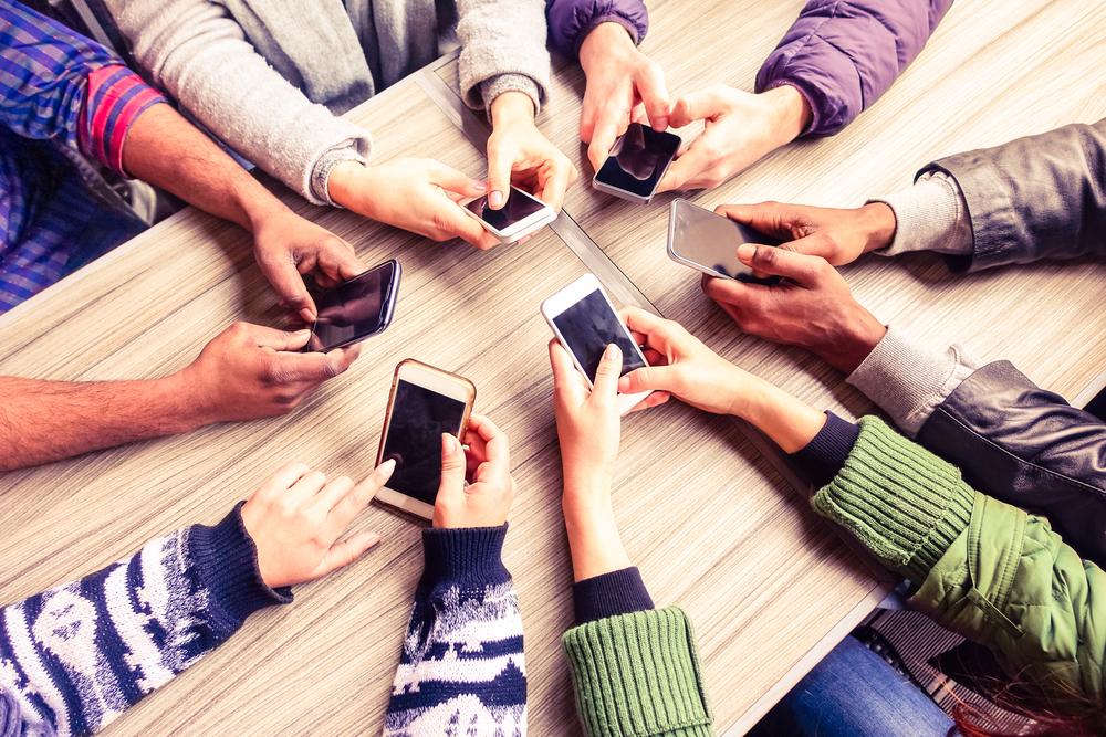 Personas con celulares en sus manos