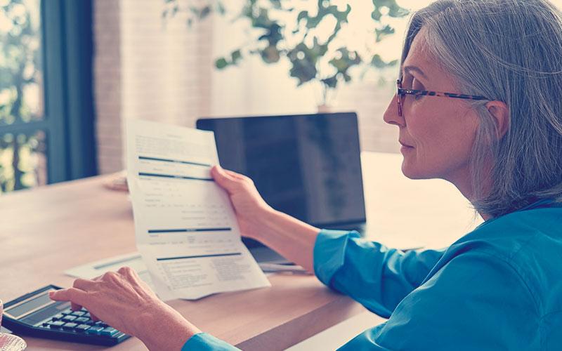 Señora mirando un documento de contabilidad