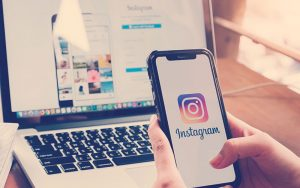 persona da clic en el logo de Instagram utilizando su celular