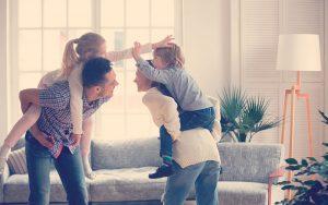 Padres e hijos realizando actividades para niños