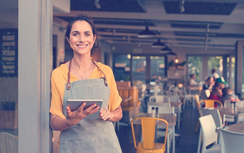 Mujer emprendedora con una tablet