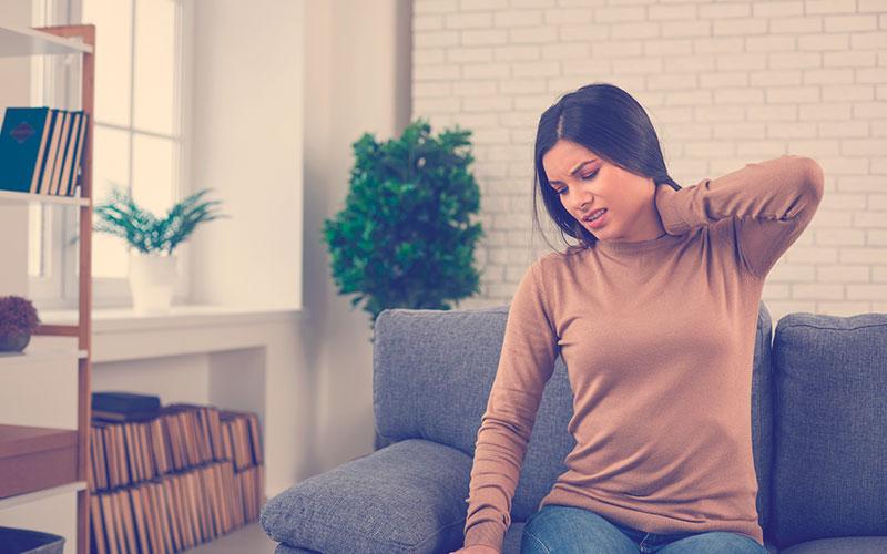 Mujer con dolor muscular en el cuello