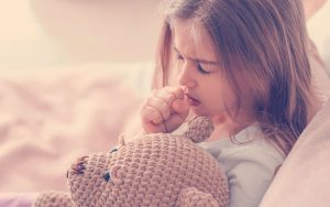 Niña en su casa con una infección respiratoria aguda