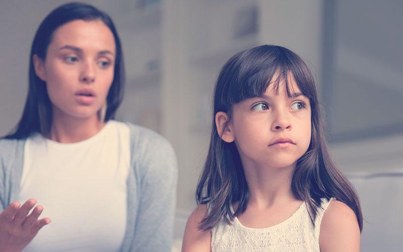 Niña siendo indiferente con su mamá