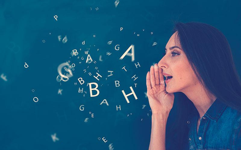 Mujer y muchas letras a su alrededor