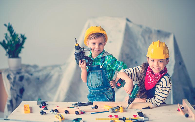 niños jugando con un taladro