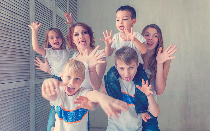 Mamá junto a sus cinco hijos