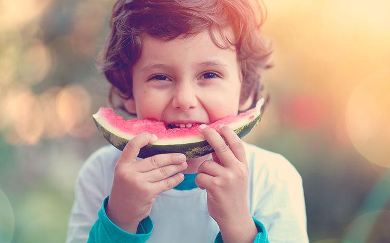 Niño comiendo una sandia