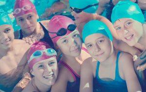 niñas en escuela deportiva de natación