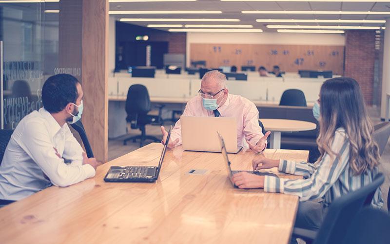 Colaboradores en una reunión de una empresa