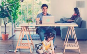 Emprendedor en casa organizando su tiempo