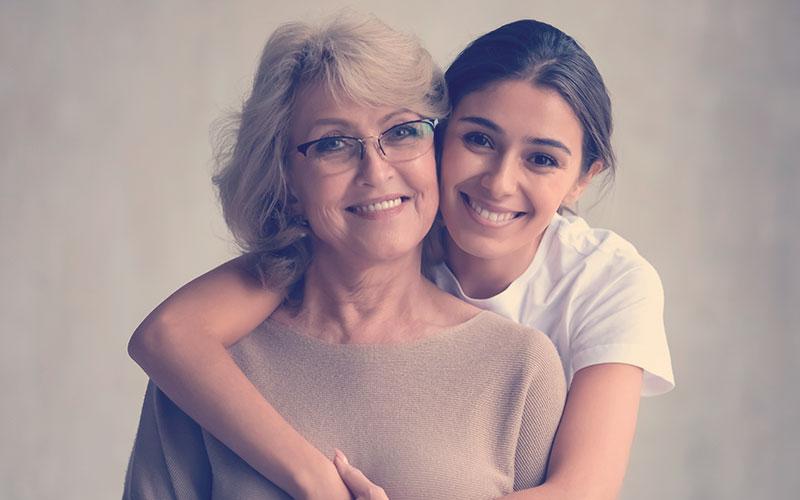 Hija abrazando a su mamá en el día de la madre