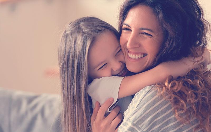 Hijo abrazando a su mamá en el día de la madre