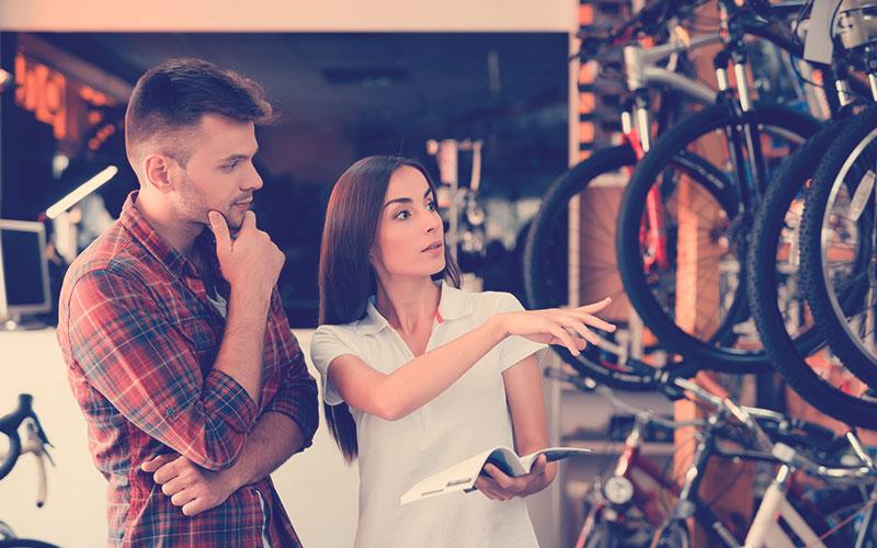 hombre eligiendo que bicicleta comprar